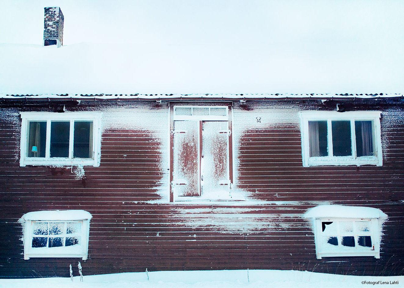 snöigt hus i Henningsvær
